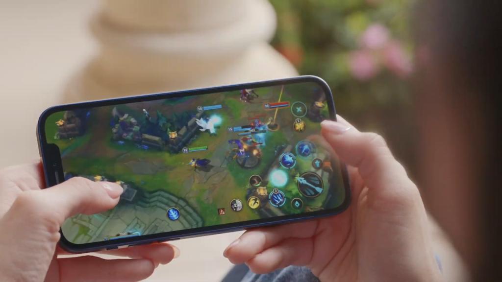 Imagem de uma pessoa jogando league of legends no iphone 12