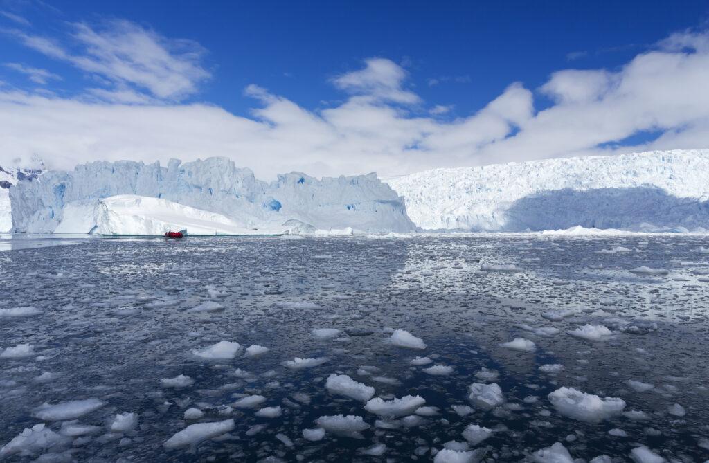 Em contrapartida ao aumento da temperatura, os cientistas alertam para o derretimento do gelo nos polos