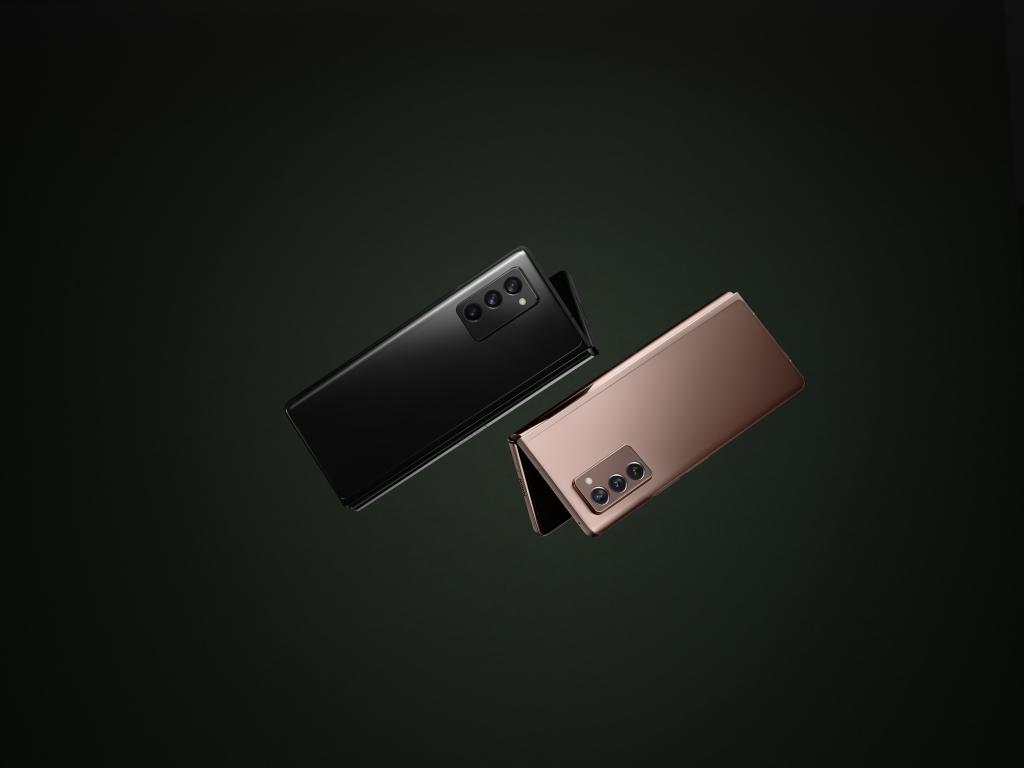 Galaxy z fold2, o novo dobrável da samsung, nas cores preta e bronze, respectivamente
