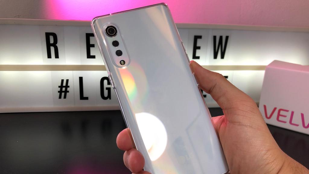LG Velvet com capinha transparente