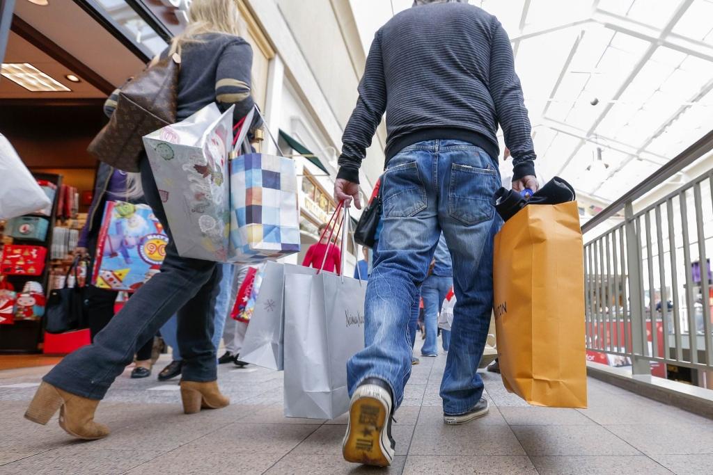 Pessoas fazendo compras na black friday