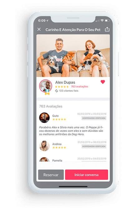 Captura de tela do aplicativo dog hero. Na parte superior, a foto de um casal. Sobre o colo deles, alguns cachorros. Logo abaixo, avaliações de usuários, seguidos de pontuação por estrelas.