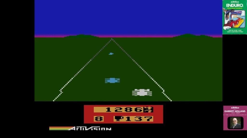Imagem da gameplay de enduro, além de mostrar sua arte de capa