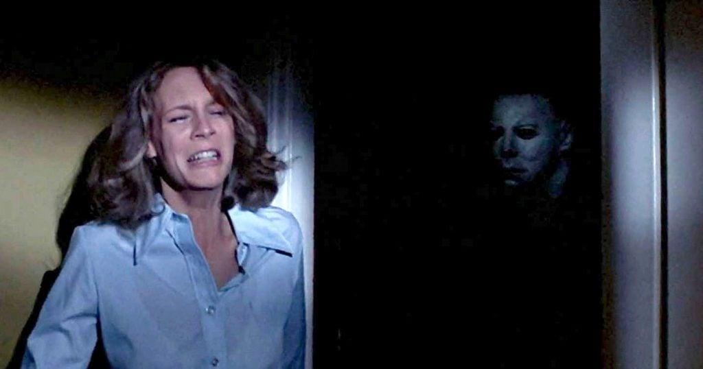 """Halloween kills, o 12º filme da franquia de horror, chega aos cinemas em 2021. Sequência direta do reboot """"halloween"""" de 2018, """"halloween kills"""" traz mais uma vez o embate entre laurie strode e michael meyers"""