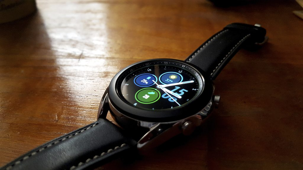 Galaxy watch 3 sobre mesa de madeira