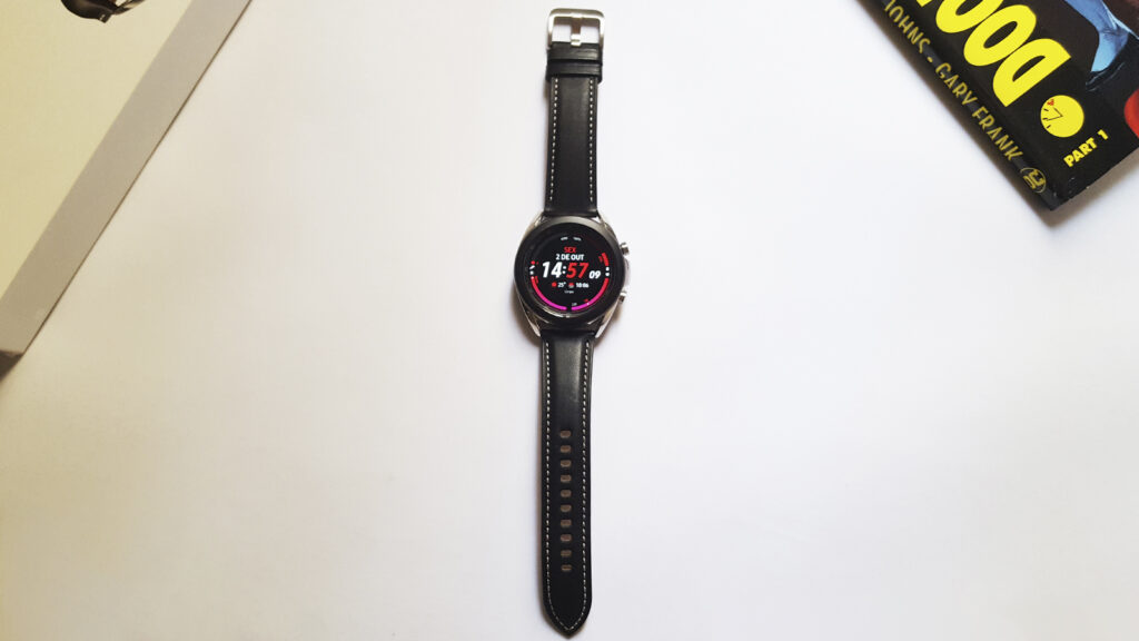 Galaxy watch 3 sobre mesa branca