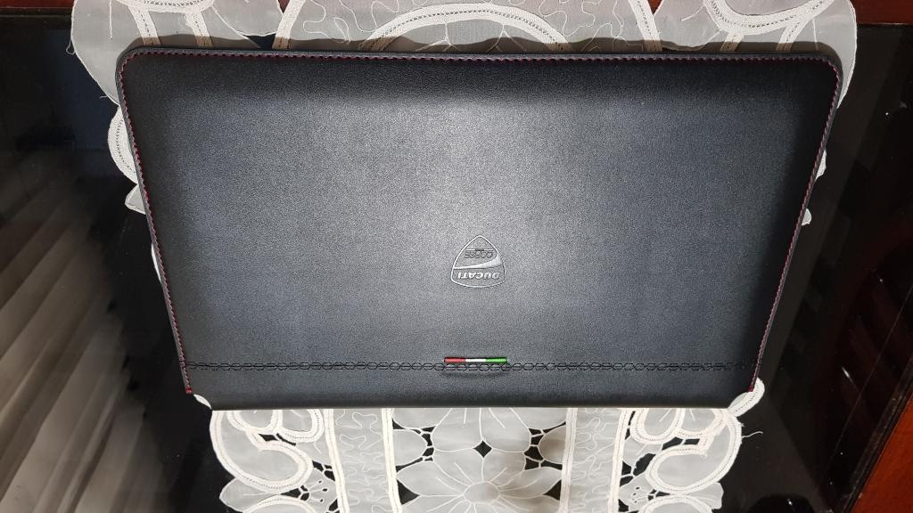Case do lenovo ducati 5, feito de couro e todo preto, com as cores da bandeira italiana na parte superior