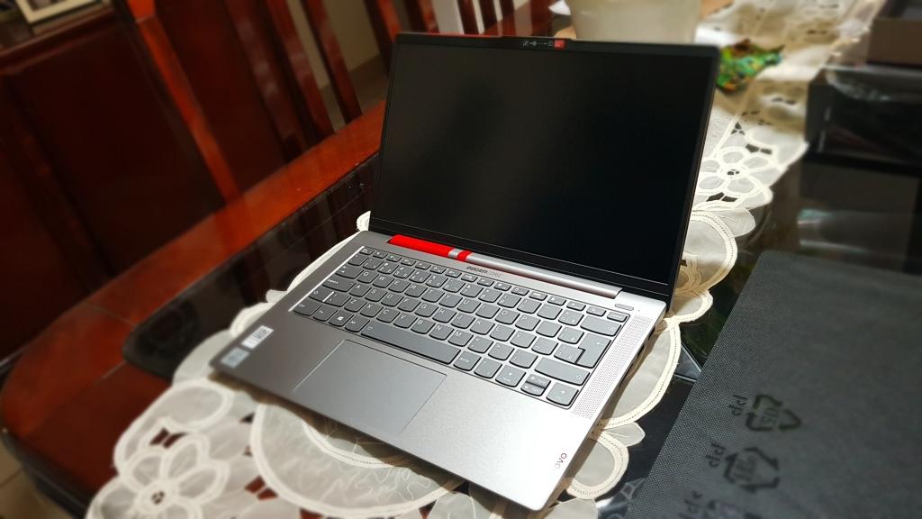 Lenovo ducati 5 visto pelo lado direito, com o chassi em alumínio e as listras vermelhas que continuam sutilmente por dentro do computador.