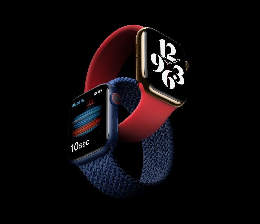 Imagem mostra dois apple watches, um azul com pulseira trançada azul e um dourado com pulseira sport vermelha, entrelaçados. O azul exibe o teste manual de oxigênio e o vermelho o novo mostrador tipografia.