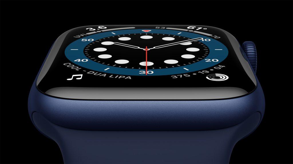 Imagem aproximada do apple watch series 6 com acabamento em alumínio na nova cor azul. A tela exibe o novo mostrador contagem.