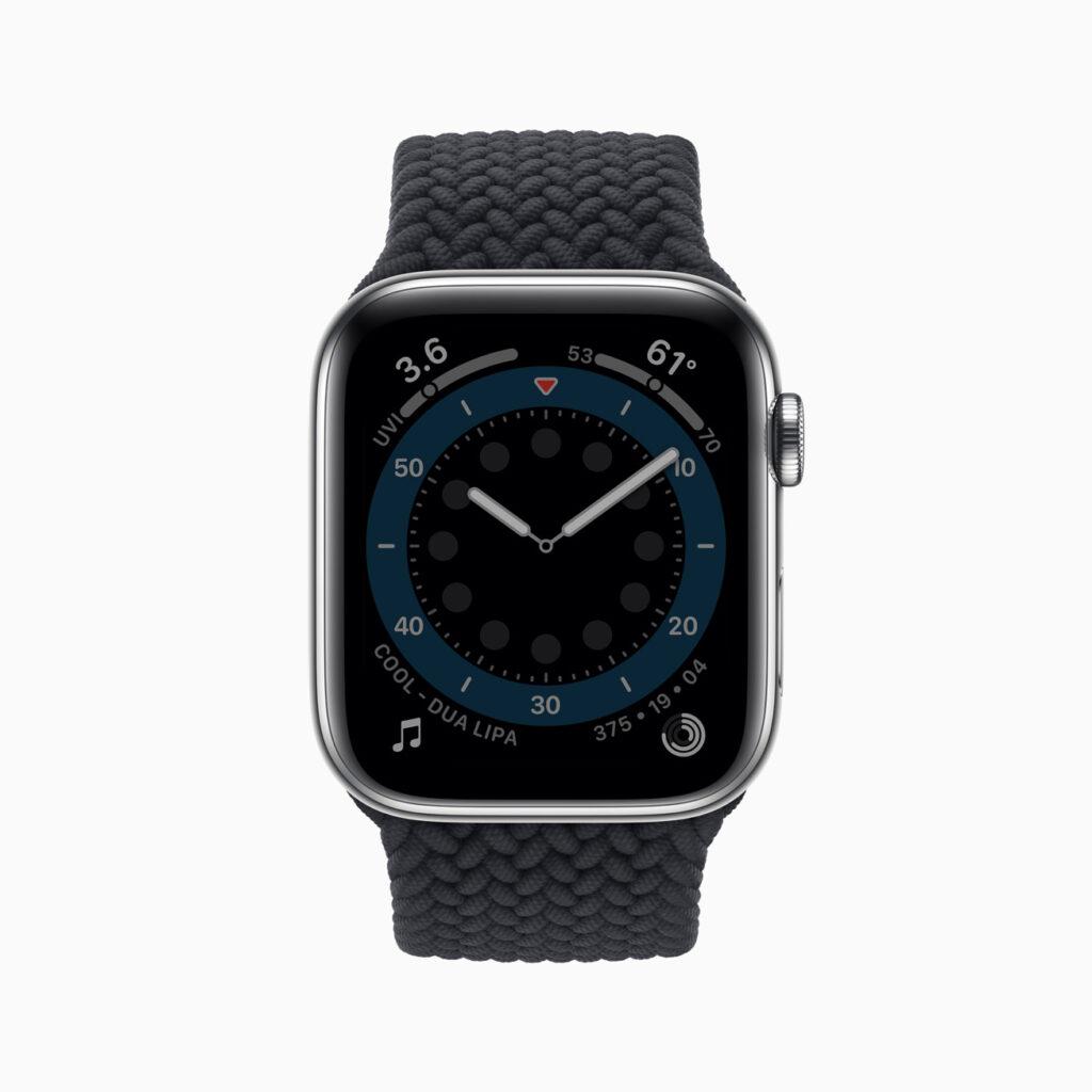 Apple watch series 6 em aço prateado exibindo o mostrador contagem no modo em que o pulsto está abaixado, ou seja, com menos brilho e certos elementos desligados, como o ponteiro dos segundos.