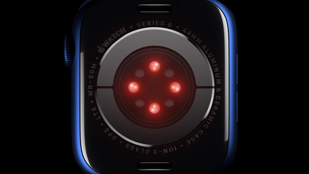 Traseira do apple watch series 6 de alumínio azul com um círculo de leds: quatro led vermelhos acesos intercalados com quatro leds apagados.