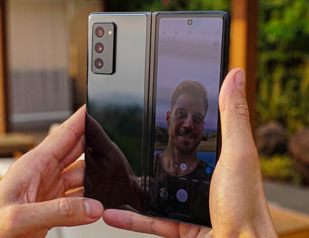 Fica fácil tirar boas selfies usando as câmeras pricipais e a tela externa do fold2