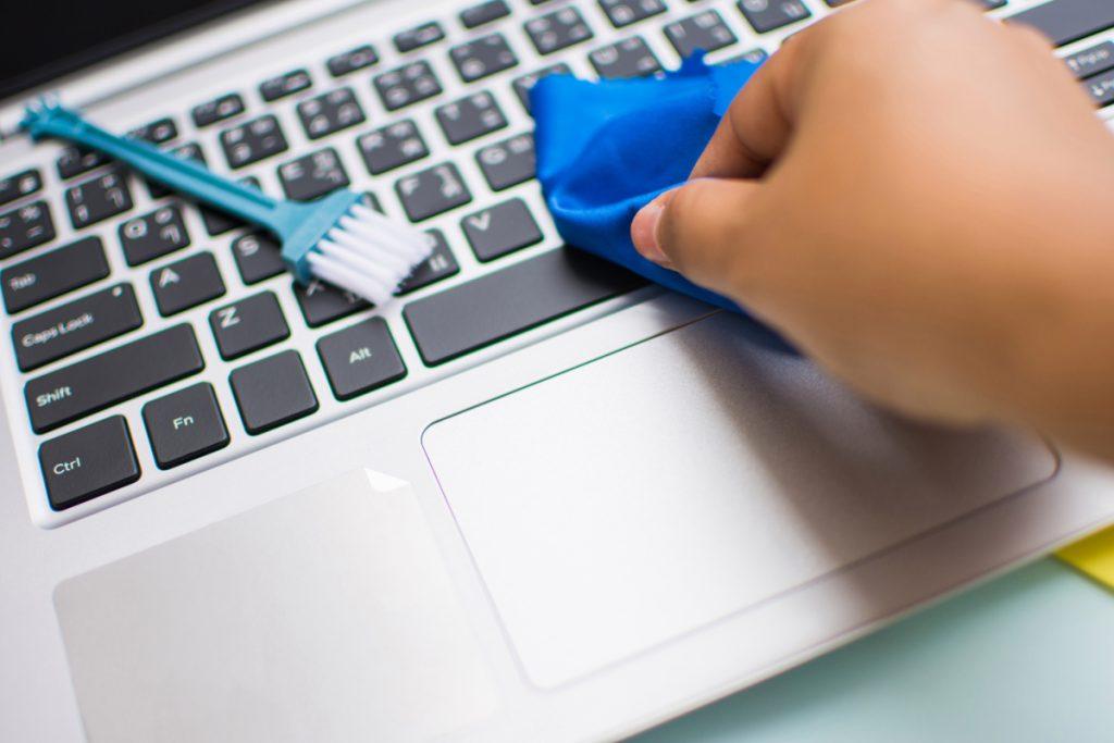 Escova e pano para limpar o notebook