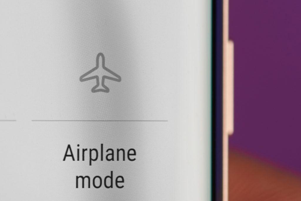 Como carregar corretamente o celular. Posso carregar meu smartphone até 100%? Tudo bem deixar ele plugado na tomada à noite? Entre tantas dúvidas, descubra como carregar corretamente o celular