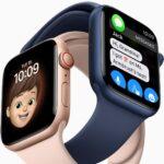 Dois modelos do Apple Watch Series 6, um rosa dourado com pulseira sport rosa e um azul com pulseira sport azul entrelaçados. O rosa exibe o mostrador Memoji, o azul uma tela de mensagens