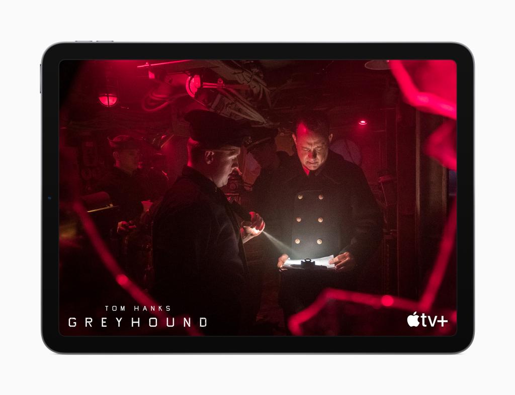 Cena do filme geyhound com tom hanks, disponível no apple tv+, exibida em um ipad air 4ª geração.