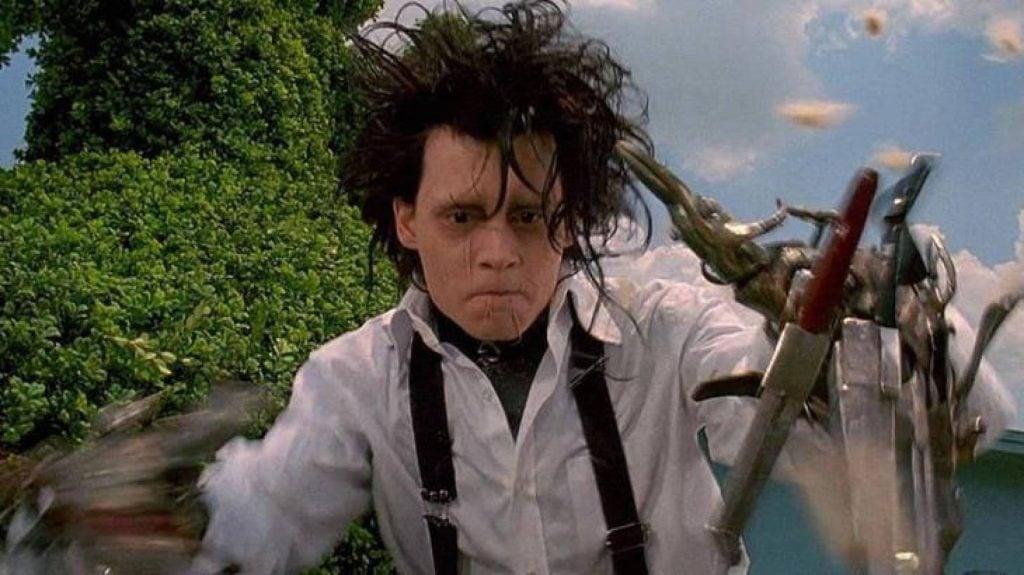Edward cortando cabelo