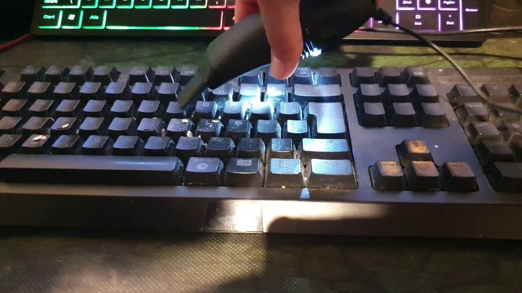 Aprenda a limpar o teclado com aspirador de pó próprio.