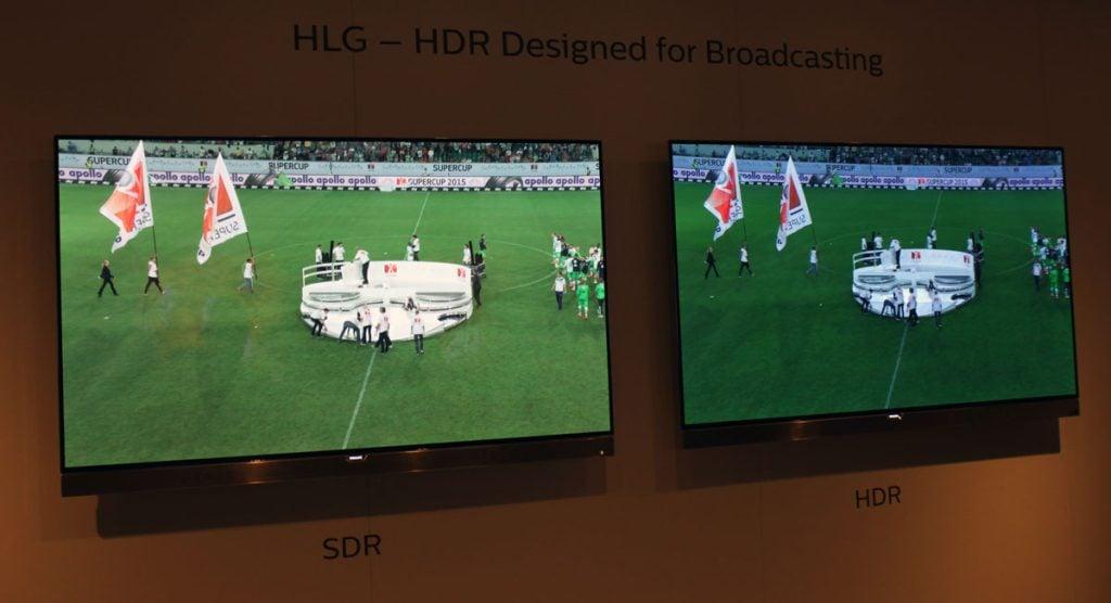 Comparação do sdr e do hlg em duas televisões que mostram um jogo de futebol. À direita, hdr, a qualidade da imagem é mais nítida.