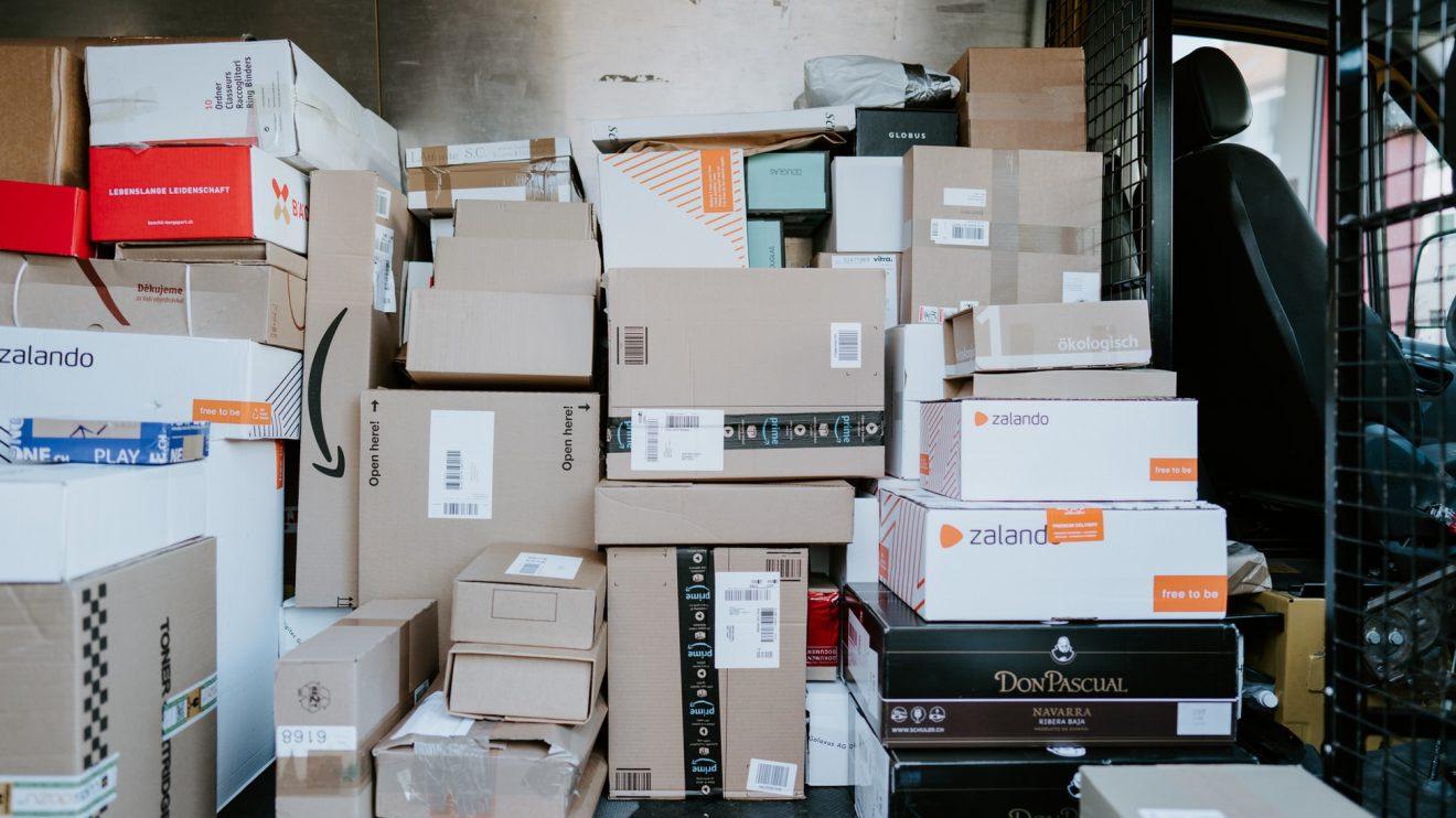 Rastreio de entregas de encomendas com aplicativos.