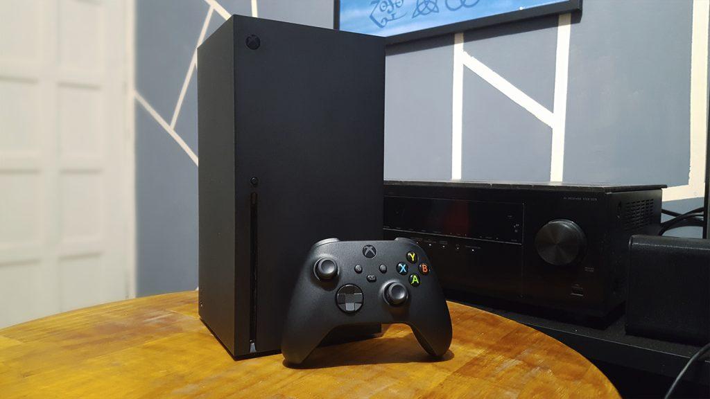 Xbox series x sobre mesa de madeira