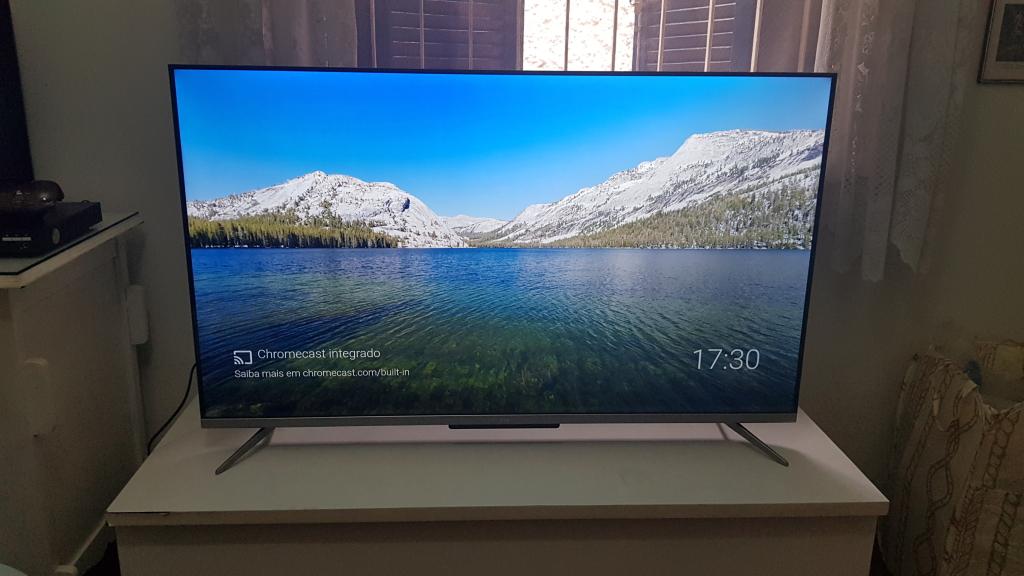 P715 da tcl de 50 polegadas em cima de um baú que serve de base para a televisão