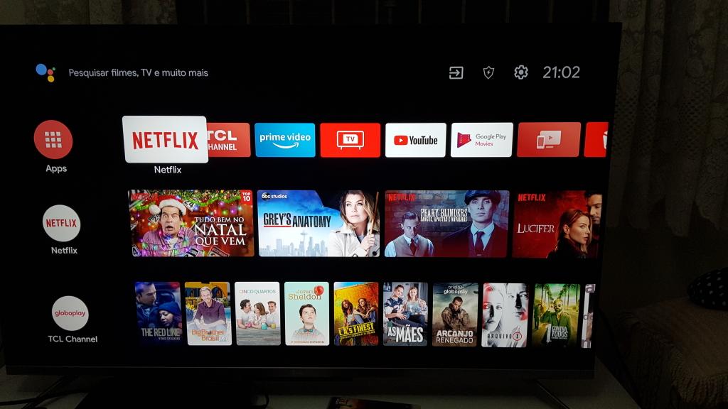 Sistema operacional android tv na tela de início da televisão p715