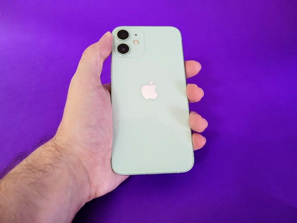 Iphone 12 mini é bem pequeno e poderoso
