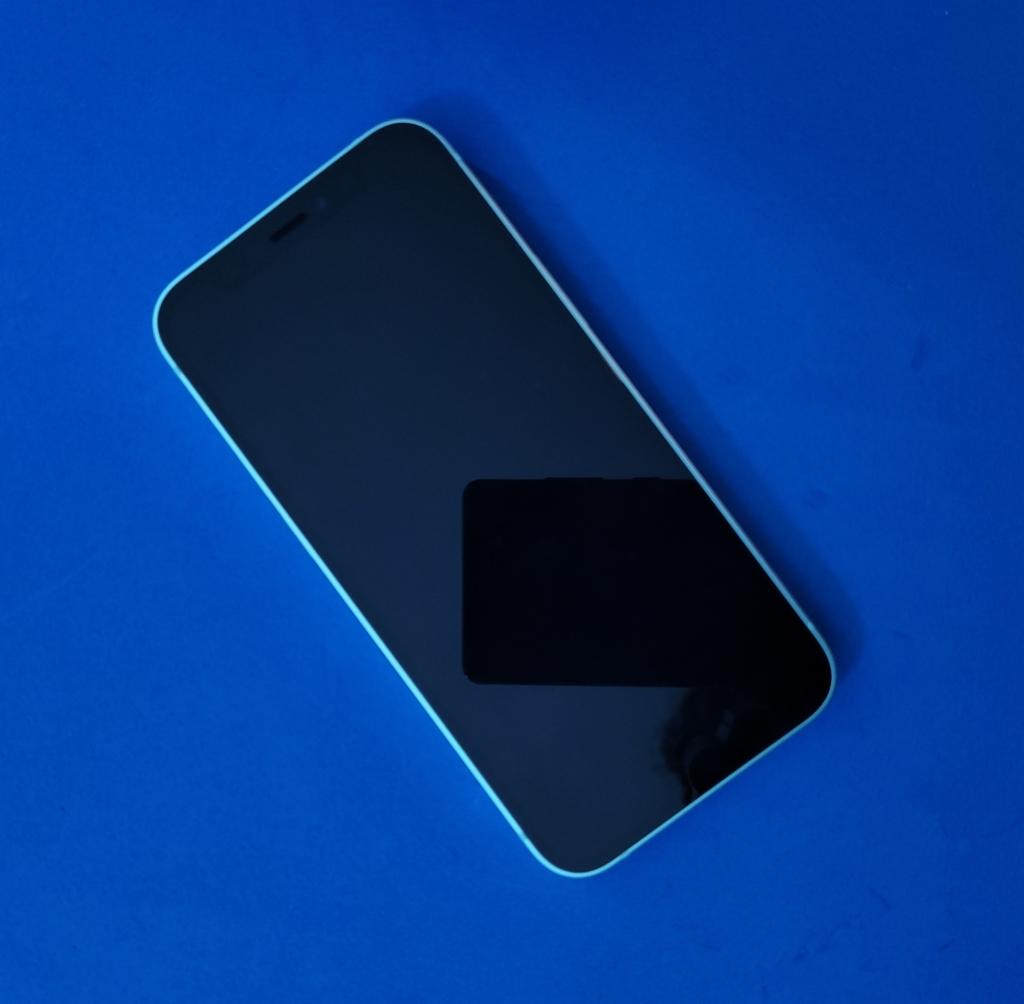 """Review: iphone 12 mini prova que tamanho não é documento. Inaugurando a categoria """"mini"""" em seus celulares, a apple fez do iphone 12 mini um dispositivo super potente, com câmeras excelentes, num celular compacto"""