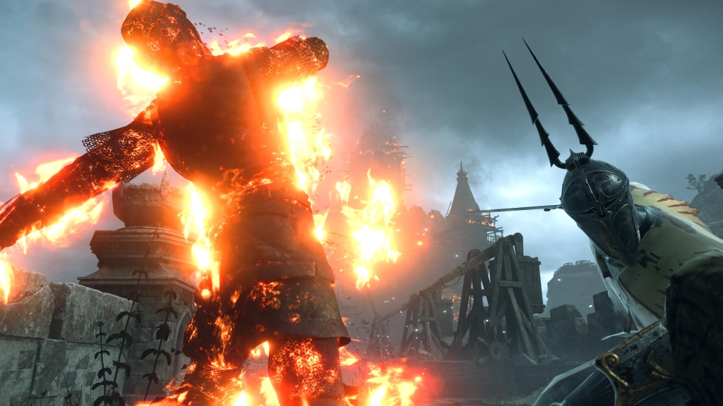 Personagem ataca com espada flamejante