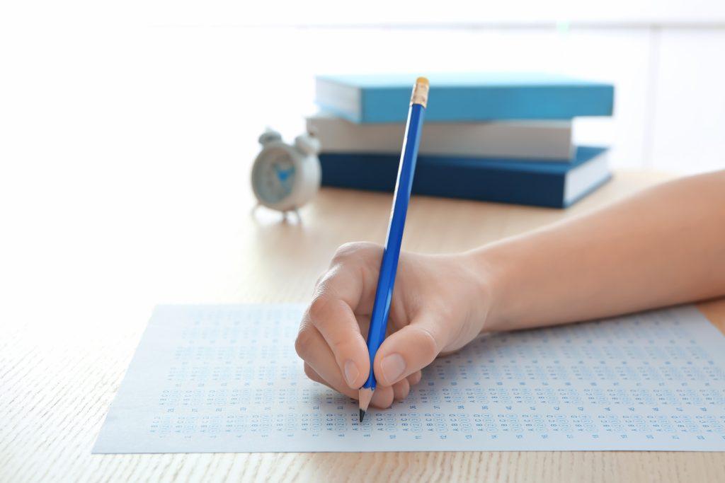 Existem várias maneiras de ingressar em cursos superiores, desde vestibulares privados até a realização do enem