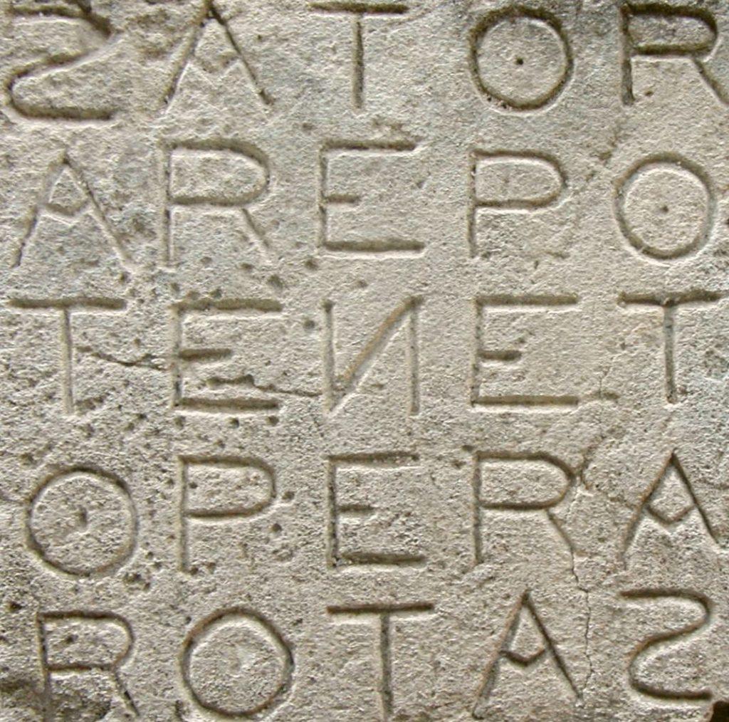 Placa de sator na frança. Com inscrição de palíndromos