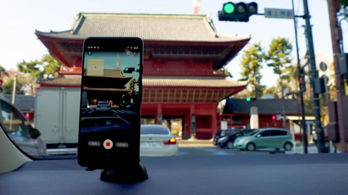 Pessoa tirando foto pro street view com celular