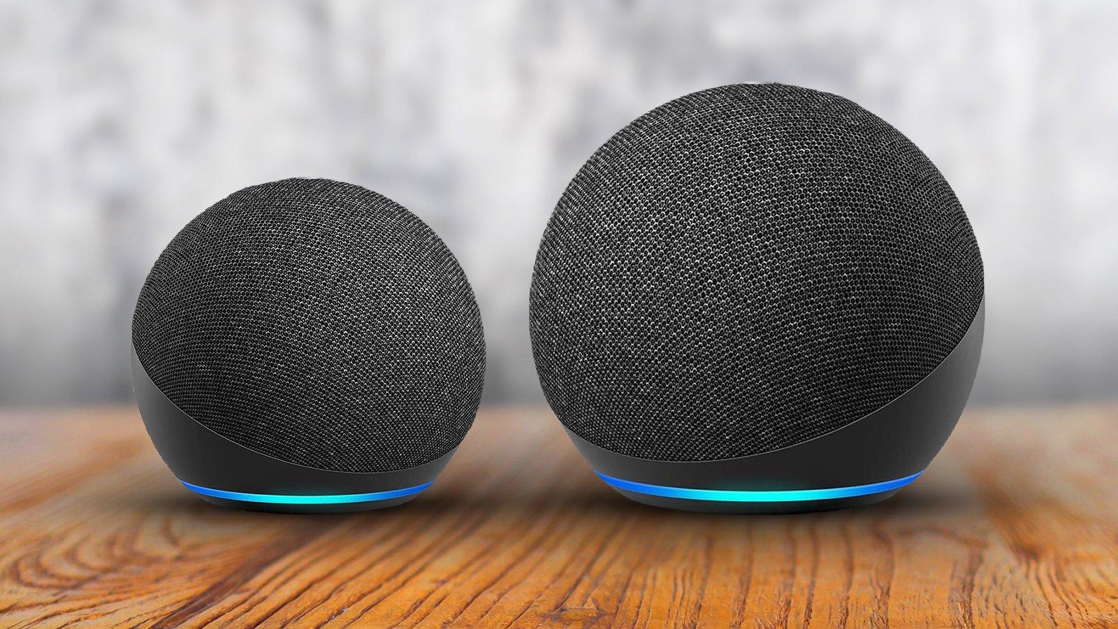 A grande diferença entre o echo dot e o echo, além da qualidade de som, é o tamanho - como exemplificado nesta imagem.
