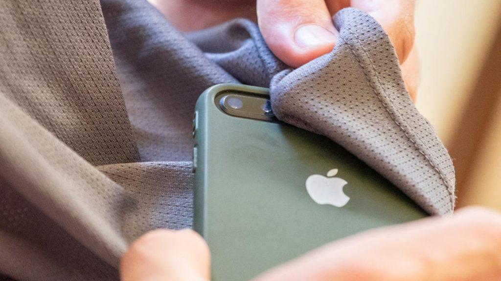 Limpe as lentes da câmera do celular com panos leves.