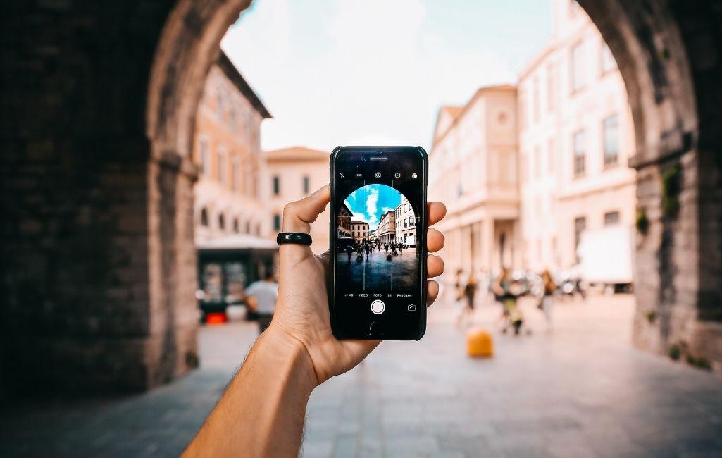 Dicas para proteger seu smartphone em viagens. Proteger seu smartphone durante as viagens pode evitar muita dor de cabeça, sejam elas viagens de férias ou a trabalho