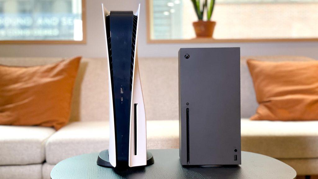 Playstation 5 e xbox lado a lado em cima de uma mesa