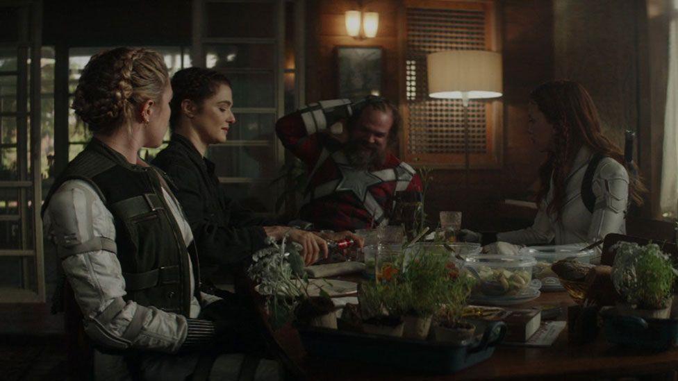 Yelene belova (florence pugh), melina vostokoff (rachel weisz), e o guardião vermelho (david harbour), antigos aliados da heroína.