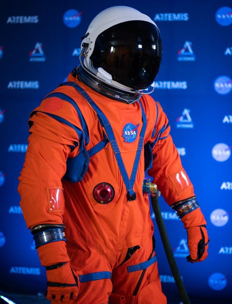 Um dos novos trajes espaciais melhorados para novas missões da nasa é o orion crew survival system