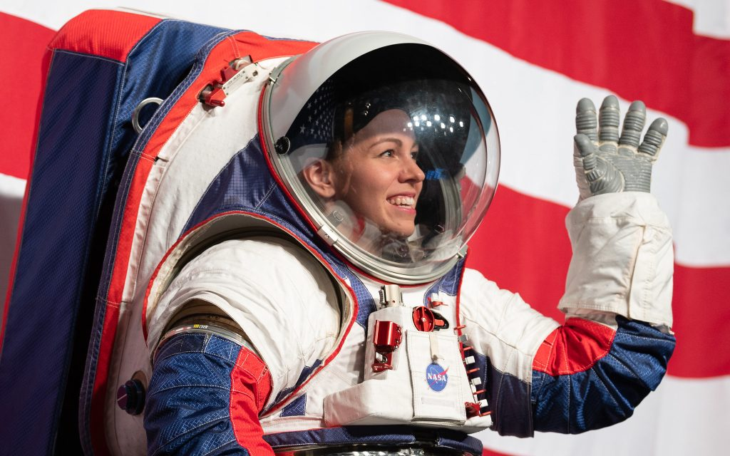 Uma das melhorias nos trajes espaciais da nasa é a mobilidade, permitindo que os astronautas levantem os braços