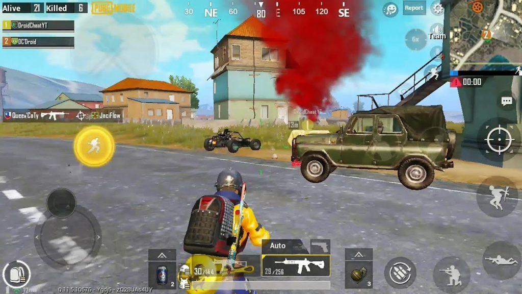 Personagem do jogo em primeiro plano com dois veículos, fumaça vermelha e prédios ao fundo.