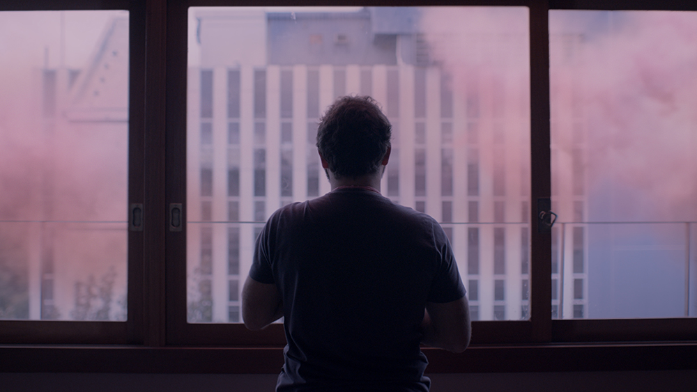 Filme brasileiro a nuvem rosa fala sobre estar preso na quarentena. Escrito em 2017 e filmado em 2019, longa a nuvem rosa faz sucesso no festival de sundance por reencenar os conflitos psicológicos vividos na pandemia