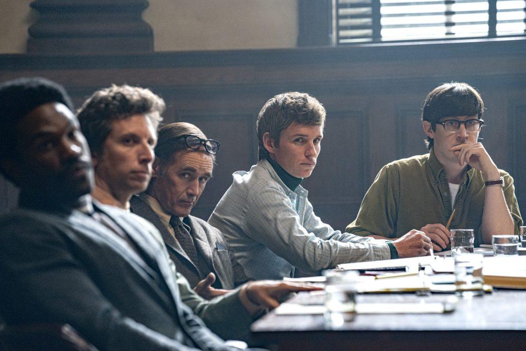 Baseado em fatos reais, o filme biográfico, os sete de chicago, acompanha um dos maiores julgamentos dos eua da década de 1960.