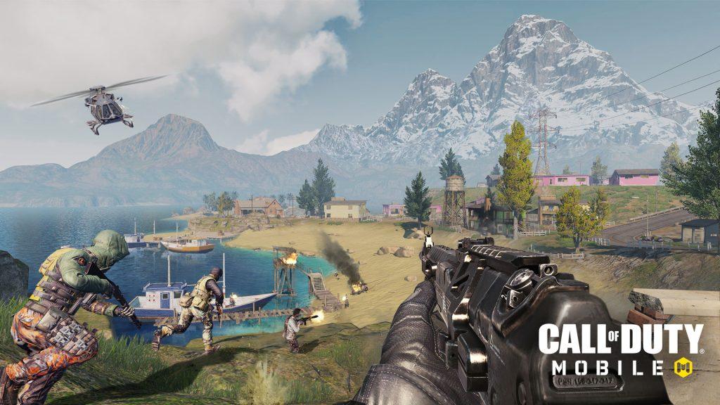 Print de tela de call of duty: mobile: arma empunhada em primeira pessoa e batalha acontecendo em segundo plano.