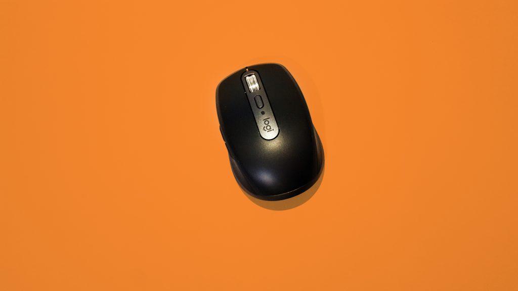 Mouse em superfície laranja