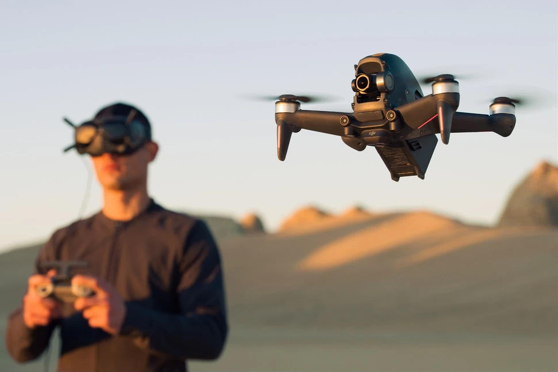 Dji fpv é um drone para usar em primeira pessoa, com óculos especiais. A dji lançou hoje um drone com uma proposta inusitada: com óculos e controles especiais, o dji fpv quer que você sinta a emoção do vôo imersivo em primeira pessoa (first person view, em inglês). O modelo foi pensado tanto para registros cinematográficos, quanto para o uso em competições de corrida.