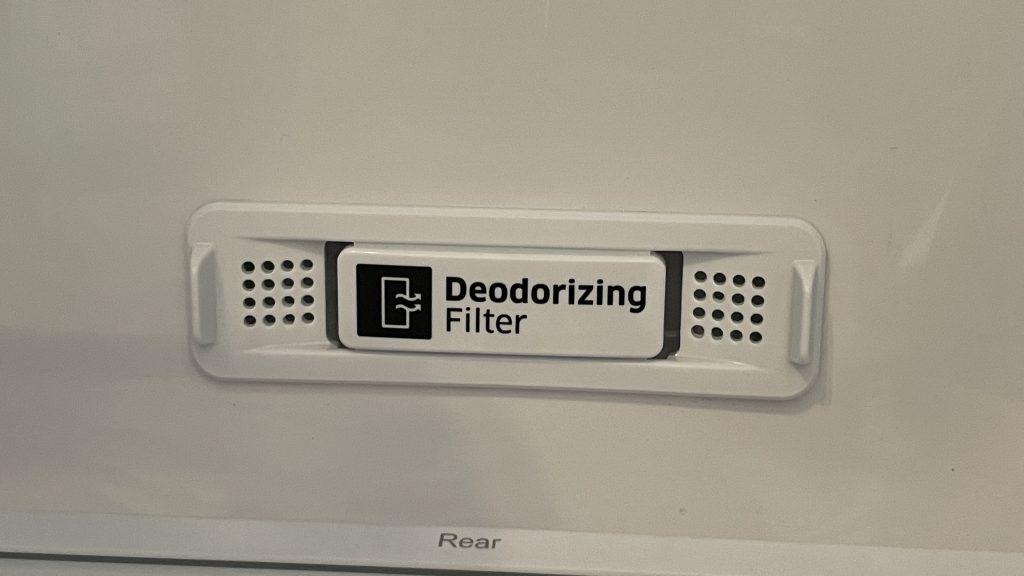 O filtro desodorizador tira cheiros incômodos que ficam no interior da geladeira