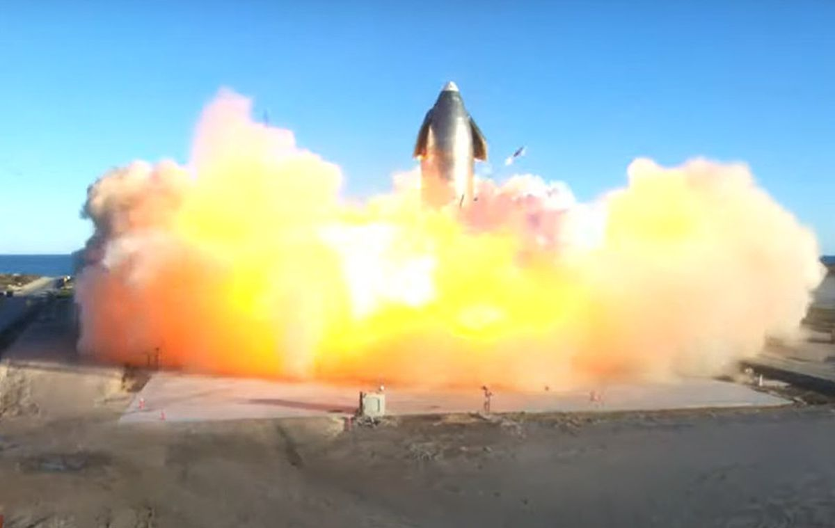Protótipo de foguete da spacex explode após pouso de sucesso. Após sucesso em voo de teste seguido de pouso vertical, protótipo do foguete da spacex explode. O programa starship pretende levar o homem à lua nas próximas missões de exploração do satélite