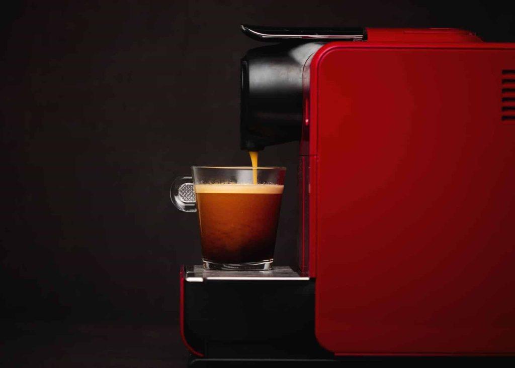 Cafeteira de cápsula com tecnologias como wi-fi e bluetooth apresenta diversas vantagens e desvantagens